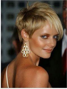 Femme élégante aux cheveux courts méchés de blond   coiffure ...