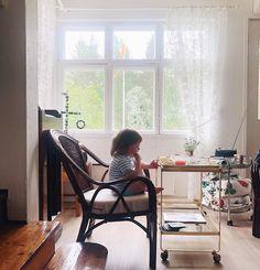 """Jenna Matintupa on Instagram: """"Klockan är halv ett och där sitter hon och pillar i sig sitt frukostbröd. Idag sov hon till halv elva. Om dagarna sjunger hon fattig…"""" Daily Pictures, Instagram"""