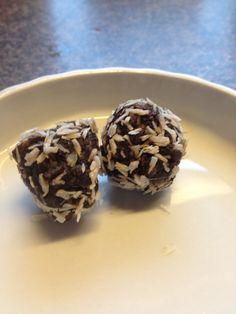 Sunde daddelkugler  Opskrift: 200 g valnødder 200 g dadler  10 svesker 2 spsk kokosolie 3 spsk kakao 2 spsk romessens Kokos til at vende i  Køres i foodprocessor og stilles på køl