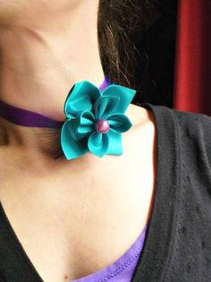 Collier ras de cou avec une jolie fleur en taffetas bleu turquoise , deux plumes bleu paon, perle magique prune, et ruban de satin violine.  Bijou délicat et féminin. Sexy et c - 11775847
