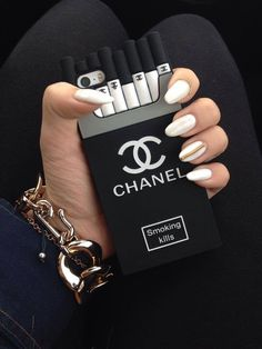 Phone con funda de cigarrillos de chanel