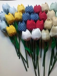 Tulipas de tecido 100% algodão, com palito revestido em fita floral e folha em feltro. Diversas cores. A partir de 10 unidades. R$ 1,50