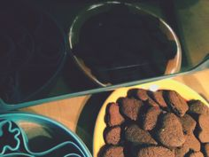 Biscotti al cioccolato leggeri Ricetta:  500 gr di farina, 1 bustina di lievito vanigliato  200 gr di zucchero Mezzo bicchiere di olio di semi  Mezzo bicchiere di latte  100 gr di cacao amaro  30 gr di nocciole tritate  Procedimento In una ciotola mescolare tutti i secchi e poi inserire i liquidi. Una volta amalgamato bene, unite il cacao e le nocciole. Mescolate bene e fai riposare in frigo per 30 minuti. Stendere col matterello e fare i biscotti. Infornare a 150 gradi per 15 minuti.