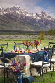 al fresco dining with a view of the mountains - heaven Outdoor Dining, Outdoor Decor, Outdoor Tables, Outdoor Ideas, Outdoor Spaces, Boho Home, Company Picnic, Al Fresco Dining, Plein Air