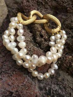 Pulsera triple de perlas de rio y cadena dorada
