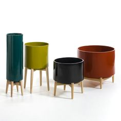 Florian Terracotta Plant Pot on Wooden Stand AM. A very stylish planter on a folding wooden stand. Perfect for showing off your plants.Give your plants pride of place with this. Grand Vase Deco, Grand Vase En Verre, Terracotta Plant Pots, Ceramic Plant Pots, Potted Plants, Indoor Plants, Grands Pots, Terracota, Ceramic Decor