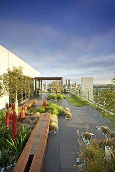 terrassenbelag beton gras bepflanzung außenmöbel holz