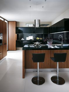 The peninsula created for Reflex #kitchen is the ideal work-station, but also highly sophisticated in its choice materials  and carefully selected accessories. This version with decorated gloss lacquered doors for both the base and the  wall units is especially prestigious. #Scavolini