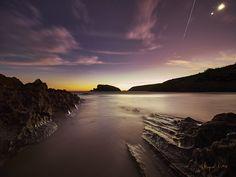https://flic.kr/p/ASBKu5 | 20151106-09 Costa Quebrada 0007 | Foto de amanecer. La luna está alta a la derecha, provocando algo de flare. Y con la suerte necesaria, en ese momento aparece un meteoro.