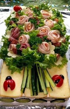 I'd like to build my own sandwich from this lovely garden bouquet.  At a ladies bridal shower, wedding, garden party, - what else?! Dear Future, Future Wife, Deli Tray, Meat Trays, Meat Platter, Food Platters, Breakfast Party Decorations, Cold Party Food, Fancy Party Food
