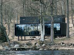 Le Vipp Shelter a été conçu comme un loft sur pilotis. Ce pavé de métal et de verre, qui s'étend sur deux niveaux, est composé d'une pièce principale avec une cuisine ouverte et un espace à ... #maisonAPart