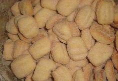 Ingredientes 3 ovos 3 colheres (sopa) de manteiga 21/2 xícaras (chá) de açúcar 1 pitada de sal 1/2 litro de leite 2 colheres de sal amoníaco 1/2 kg de amido de milho 1 kg de farinha de trigo kilo Farinha de trigo Como Fazer 1. Misture todos os...