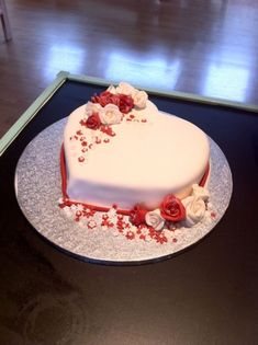 Hochzeitstorten herzform Bolo corao e rosas! Simples e requintado! Heart Shaped Birthday Cake, Heart Shaped Cakes, Birthday Cake With Flowers, Birthday Cake Writing, Birthday Cake For Husband, Happy Birthday, Heart Wedding Cakes, Diy Wedding Cake, Cake Decorating Designs
