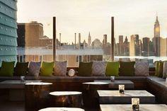 Le meilleur des deux mondes. C'est ce qui semble se dégager de ce rooftop d'hôtel en plein cœur de Williamsburg qui a gardé de Brooklyn l'atmosphère cool et laidback, une bande-son pointue et impeccable et les vues sur la skyline new-yorkaise mais a su emprunter des adresses huppées de Manhattan le goût de la sophistication pour créer des cocktails et les canapés moelleux façon lounge de plage.