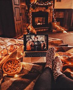 40 Cool Halloween Bedroom Decor For 2019 - Fall - Bedroom Casa Halloween, Halloween Bedroom, Happy Halloween, Halloween Movies, Halloween Party, Halloween Inspo, Halloween Night, Halloween Nails, Hocus Pocus Halloween Decor