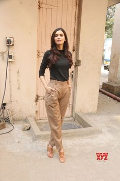 Mumbai: & The Story of Pokhran& promotional shoot Diana Penty - Social News XYZ Casual Work Outfits, Chic Outfits, Trendy Outfits, Classy Outfits, Teen Fashion Outfits, Fashion Pants, Fashion Dresses, Fashion Ideas, Fashion Trends