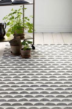 med tryckt, retroinspirerat mönster.  Stl 140x200 cm<br><br>För ökad säkerhet och komfort, använd halkskyddsmatta som håller din matta på plats. Halkskyddsmattan finns i flera olika storlekar. <br><br>100% bomull<br>Tvätt 40°
