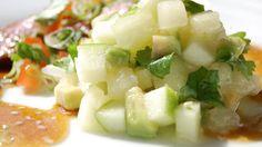 Frisk salat med melon, eple og avokado som passer godt til stekt biff.