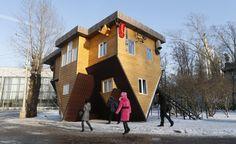 """Dopo Austria, Germania e Londra, anche a Mosca si può trovare una casa costruita al contrario. L'attrazione si trova al Russia Exhibition Center e si chiama """"Upside-Down House"""". La casa poggia sul tetto e, una volta entrati dentro, si può giocare con la creatività foto"""