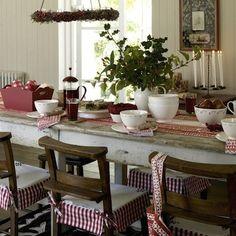 DECORATION DE LA SALLE À MANGER Et si je peignais une table pour ma salle à manger ... Une table de bois que l'on a peinte en blanc et poncée pour lui redonner son air rustique qui convient bien au vichy rouge qui l'habille. On a bien peint son plateau mais on l'a beaucoup plus poncé pour revenir pratiquement au bois brut.