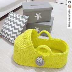 Miren esta belleza tejida a crochet con totora ❣ se ve bastante fácil de hacer ... Sería como una pantufla gigante  en el instagram @oznurmeshbag hay varios vídeos del paso a paso congrats for your precious work!!  Quien se anima?? Está divino para regalar, vender, o hacerla a su propio bebito  #crochet #totora #trapillo #instacrochet #babylove #babyfashion #babyshower #crochetlove #extremecrochet