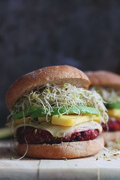 #Vegetarian quinoa beet burgers with sweet and spicy flavors. Naturally #glutenfree. Delicious topped with sweet mango, creamy avocado & sprouts!