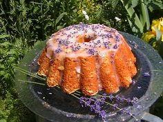gateau à la lavande : 175 g de beurre szobahőmrsékletű  175 g de sucre  3 oeufs  175 g de farine  2 cuillère à café de poudre à pâte  2 cuillères à soupe de fleurs de lavande  1/2 cuillère de vanille  Lait 2 cuillères à soupe  50 g de sucre en poudre (ce levenduláscukorból maison hachée)  1/2 cuillère à café d'eau  fleurs fraîches de lavande pour la garniture