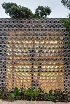 Increíble fachada de celosía cerámica. Efecto luz y sombra a escala real. brick wall