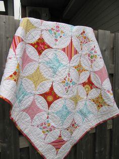 Courtepointe moderne pour bassinette couverture par AnniePatchwork