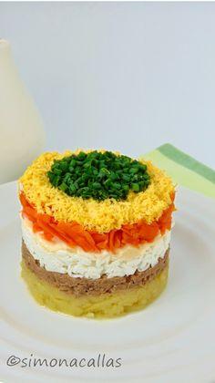 Salata Mimoza Mimosa Salad o reteta cu traditie - simonacallas Avocado Salad Recipes, Healthy Salad Recipes, Timbale Recipe, Mimosa Salad, Food Garnishes, Dessert Drinks, Savoury Cake, Mimosas, Tapas