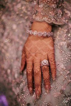Flaunt Your Engagement Ring w Henna. Bridal Bangles, Bridal Rings, Wedding Jewelry, Indian Engagement Ring, Solitaire Engagement, Indian Wedding Rings, Solitaire Rings, Solitaire Diamond, Solitaire Ring Designs