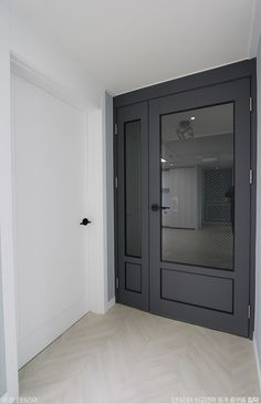 [BY 집닥] 안녕하세요 집닥맨입니다 ! 집닥 파트너스 '한 인테리어'가 서울 신내동에서 진행하였던 32평... Door Design Interior, Interior Exterior, Tall Cabinet Storage, Locker Storage, Front Door Lighting, Natural Interior, Ideas Para, Sweet Home, Windows