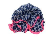 Tørklæde m. pink kant Tørklæde m. navyblå elefanter og plisseret neonpink kant.  100% polyester Mål: 100x200cm