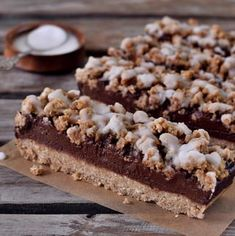 Oat breakfast bars with bananas and chocolate. These healthy bars are vegan, gluten-free, refined sugar-free, and easy to make. Whether you are looking for a healthy breakfast inspiration or a delicious snack on the go, this recipe is for you. These crumble bars contain mainly oats, bananas, and dates