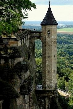 Castle Rapunzel, Munich Germany More Germany जानकारी के लिए साइट पर पहुंचें http://storelatina.com/germany/travelling #germanytravel #traveling #viagem #viagemalemanha