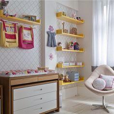 Quartinho de bebê lindo demais! Prateleiras são uma ótima solução para organizar o ambiente e de quebra fica lindo, né?! #ahlaemcasa #quartodebebe #amarelo #prateleiras #trocador