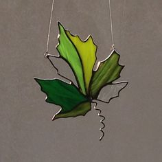Verre teinté vert Maple Leaf Suncatcher par FoxStainedGlass sur Etsy