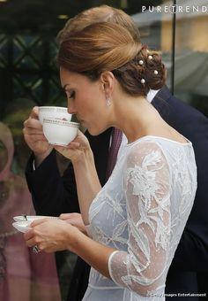 Kate Middleton finalise sa tenue en parant sa chevelure de perles.