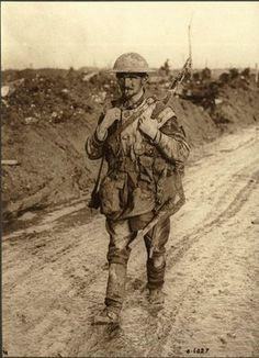 British soldier on the march during the First World War. How blessed we are. Ww1 Soldiers, Canadian Soldiers, Canadian Army, British Soldier, British Army, Canadian History, Wilhelm Ii, Kaiser Wilhelm, World War One