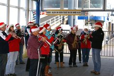 Fanfare bij aankomst boot. Ze spelen prachtige kerstliedjes