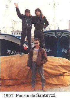 41.FOTO del GRUPO en el Puerto de Santurtzi. Yosu (Jesús María Expósito López, 1960-1192), Jualma (Juan Manuel Suárez Fernández, 1962-1992) y Paco (Francisco Galán Portillo)