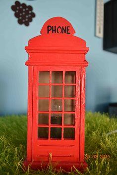 Candeeiro em forma de cabine telefónica pintada e com sistema de eletricidade já montado. Dimensões - Alt: 22cm x Larg: 9cm. Para comprar ou dúvidas, contactar arte_encaixarte@hotmail.com ou https://www.facebook.com/encaixarte/