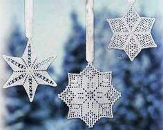 Три симпатичные звездочки – снежинки, связанные крючком в филейной технике.