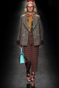 Guarda la sfilata di moda Gucci a Milano e scopri la collezione di abiti e…