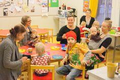 Pehmeiden arvojen perhekahvila kokoaa äidit ja lapset yhteisen pöydän ääreen perjantai-iltapäivisin. Koti&Kaupunki, kuva: Leila Kinnari-Wahren