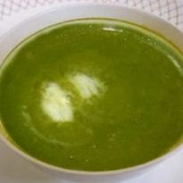 Spinach Soup in a blender Recipe - Super quick and super healthy. This spinach soup recipe is made in a blender and drizzled with lemon juice and a dollop of cream. Vegetable Soup Recipes, Spinach Recipes, Healthy Soup Recipes, Healthy Tips, Cooking Recipes, Immersion Blender Recipes, Recipe Without Onion, Blender Soup, Spinach Soup