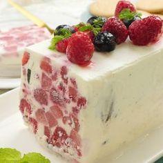 「牛乳パックで簡単ベリーアイスケーキ」のレシピと作り方を動画で紹介します。おうちでパパッと、本格的でおしゃれなアイスケーキが作れちゃいます♪材料を牛乳パックに入れて、シャカシャカ振って混ぜて冷やすだけ!洗い物なしの超簡単レシピです。