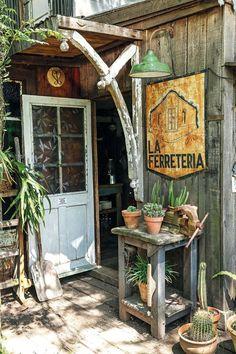 La entrada, con una puerta de demolición. (Foto: Facundo Basavilbaso/ Para Ti)