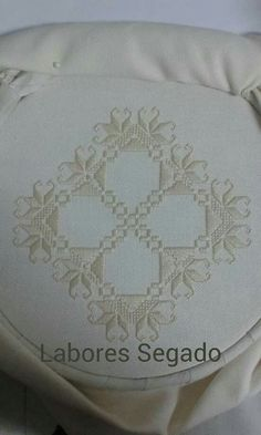 This Pin was discovered by mer Embroidery Patterns Free, Hand Embroidery Stitches, Doily Patterns, Ribbon Embroidery, Cross Stitch Embroidery, Embroidery Designs, Dress Patterns, Palacio Bargello, Drawn Thread