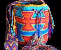 The Mochilas Wayuu we offer are expertly handcrafted by the Wayuu women in la Guajira, Colombia. Street Fashion, Boho Fashion, Urban Art, Friendship Bracelets, Drawstring Backpack, Bucket Bag, Needlework, Crochet Patterns, Handbags